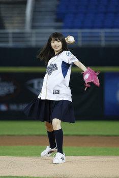 マウンドでボールを投げる齋藤飛鳥(乃木坂46)。