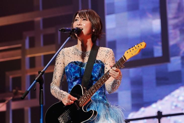 エレキギターを弾きながら「KASUMI」を歌う藍井エイル。