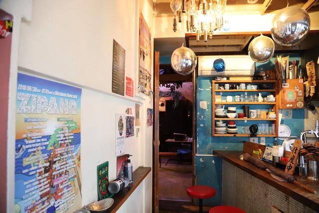 bar bonoboの入り口にあるバーカウンター。