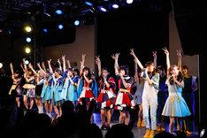"「We Are ""STAR""」を歌うロッカジャポニカ、はちみつロケット、桜エビ~ず、CROWN POP。(撮影:笹森健一)"