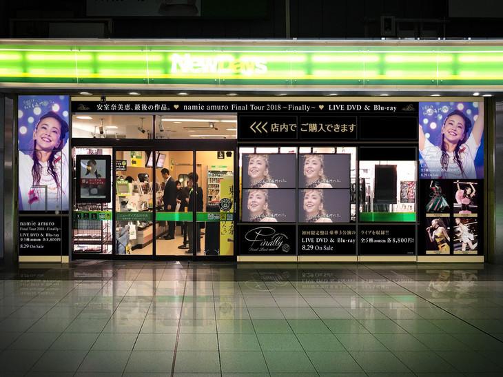 安室奈美恵の写真でラッピングされたNewDays店舗イメージ。