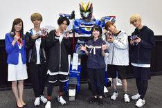 左からTBSアナウンサーの笹川友里、KOHKI、NAOYA、ドライブヘッド01 MKII サイクロンインターセプター、藤原夏海、TETTA、REI。