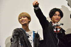 「ゴーレスキュー!」と声を上げるKOHKI(左)とNAOYA(右)。