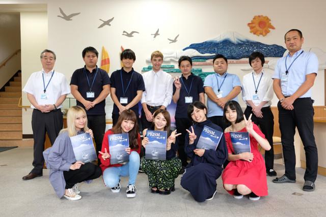 ベイビーレイズJAPANと山中湖村観光課の職員。(写真提供:レプロエンタテインメント)