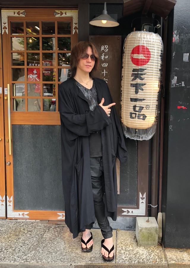 「天下一品」京都本店を訪れたSUGIZO。