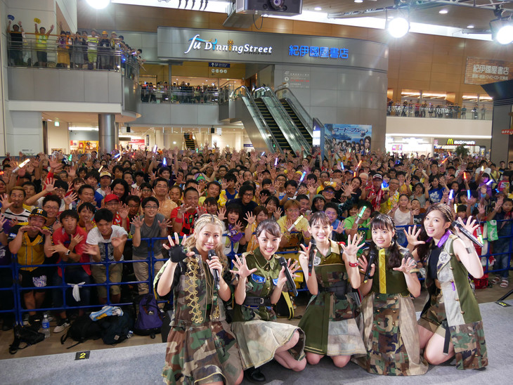 9月1日に愛知・エアポートウォーク名古屋にて行われたシングル「BURNING FESTIVAL」のリリースイベントの様子。(写真提供:スターダストプラネット)