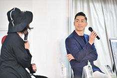 トークショーに出席したEXILE AKIRA(右)。