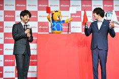 ドニマル(中央)と新田真剣佑(右)が旗揚げに挑戦する様子を見守る星野源(左)。