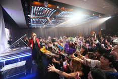 「EVENING WITH YOSHIKI 2018 IN TOKYO JAPAN 6DAYS 5TH YEAR ANNIVERSARY SPECIAL」の様子。