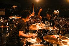 左から恒岡章(Dr / Hi-STANDARD)、難波章浩(Vo, B / Hi-STANDARD)。(Photo by Teppei Kishida)
