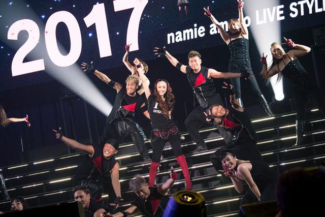 「WE ▼ NAMIE HANABI SHOW 前夜祭」より安室奈美恵のライブの様子。