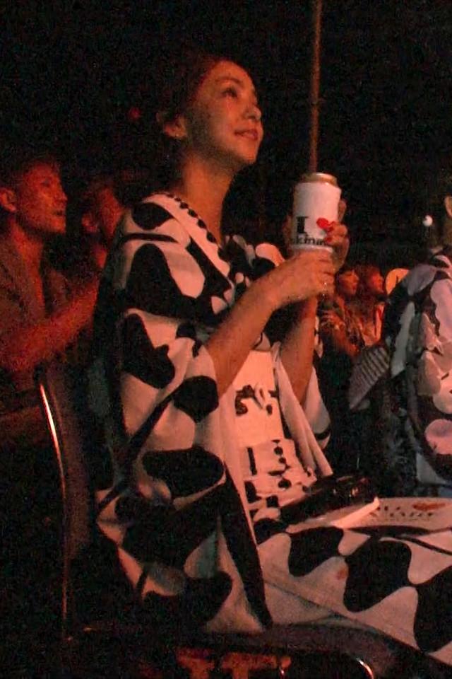 花火を見上げる安室奈美恵。