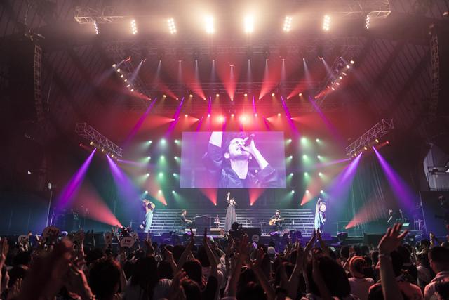 「WE ▼ NAMIE HANABI SHOW 前夜祭」より平井堅のライブの様子。