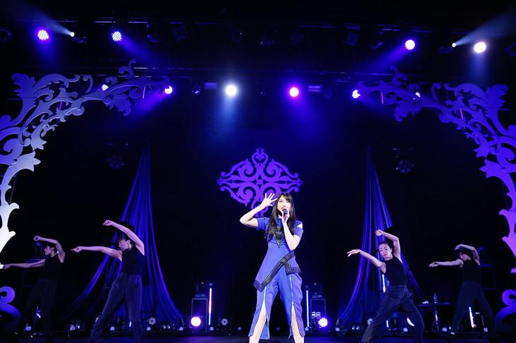 """雨宮天「LAWSON presents 雨宮天ライブツアー2018 """"The Only SKY""""」東京・中野サンプラザホール公演の様子。"""
