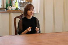 音楽ナタリーによる偽インタビューを受ける指原莉乃(HKT48)。(c)日本テレビ