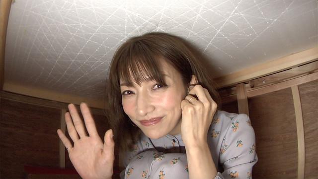 テーブルの下で息を潜めて待機する後藤真希。(c)日本テレビ