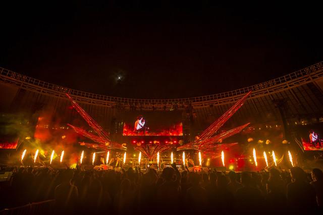 「B'z LIVE-GYM Pleasure 2018 -HINOTORI-」味の素スタジアム公演の様子。(写真提供:VERMILLION RECORDS)