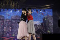 「未来形アイドル」を歌う堀江由衣と水樹奈々。(Photo by hajime kamiiisaka)