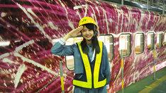 「現美新幹線」のある車両基地を見学する瀧野由美子(STU48)。(c)テレビ朝日