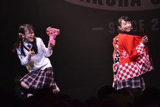左から吉田爽葉香、有友緒心。