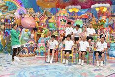 ISSA(左)と、踊りたくない芸人たち。 (c)テレビ朝日