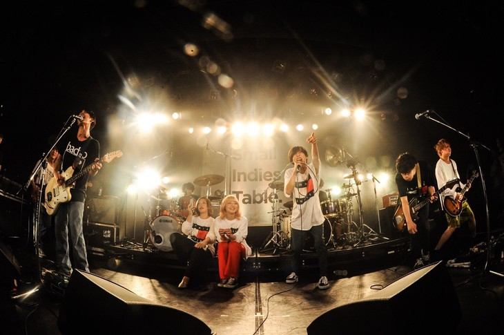 「small indies table tour 2018」最終公演アンコールの様子。(Photo by MASANORI FUJIKAWA)