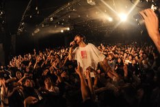 アマダシンスケ(B, Vo / FOMARE)(Photo by MASANORI FUJIKAWA)