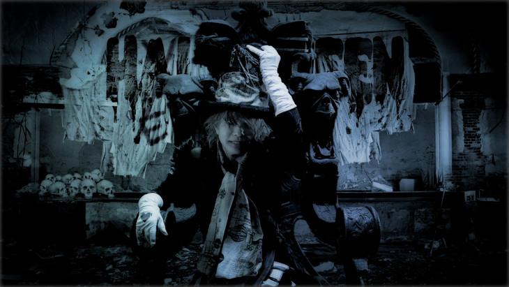 HYDE「FAKE DIVINE」ミュージックビデオのワンシーン。