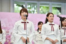 グループを代表して意気込みを語る山木梨沙(左)と松井まり(右)。