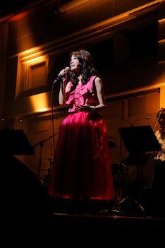 石川ひとみ デビュー40周年記念コンサート~『右向け右』から『わたしの毎日』」の様子。(写真提供:テイチクエンタテインメント)