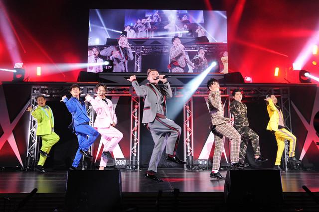 東京・東京国際フォーラム ホールA公演の様子。左からKIMI、YORI、DAICHI、ISSA、KENZO、U-YEAH、TOMO。(写真提供:エイベックス)