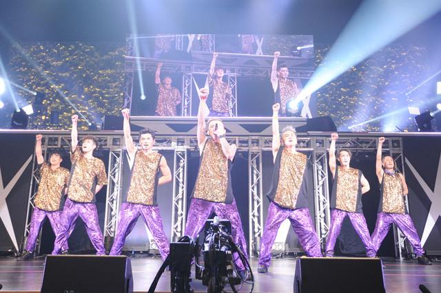 東京・東京国際フォーラム ホールA公演の様子。左からKENZO、YORI、U-YEAH、ISSA、KIMI、DAICHI、TOMO。(写真提供:エイベックス)