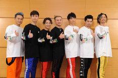 ライブ前に行われた囲み取材の様子。左からKIMI、YORI、DAICHI、ISSA、KENZO、U-YEAH、TOMO。(写真提供:エイベックス)