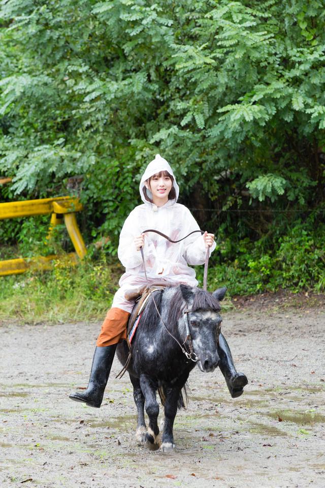 ポニーに乗る与田祐希。(c)「NOGIBINGO!10」製作委員会