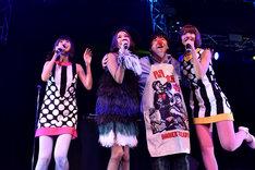 バニラビーンズとの共演でピチカート・ファイヴ時代の楽曲を披露した野宮真貴(左から2番目)と小西康陽(右から2番目)。