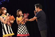 バニビの2人に花束を贈るちょいワル社長(右)。