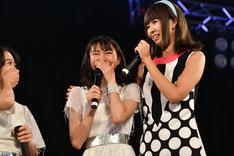 泣きじゃくる東京女子流・庄司芽生(中央)の肩を抱くリサ(右)。