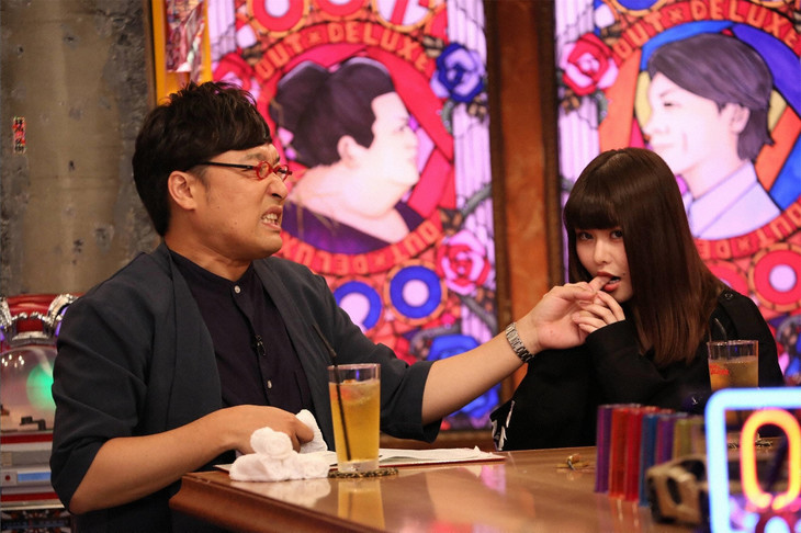 山里亮太(左)の指を噛む戦慄かなの(右)。 (c)フジテレビ