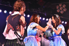 AKB48劇場で行われたモバイル(BNK48)とステフィ(JKT48)壮行会の様子。(c)AKS
