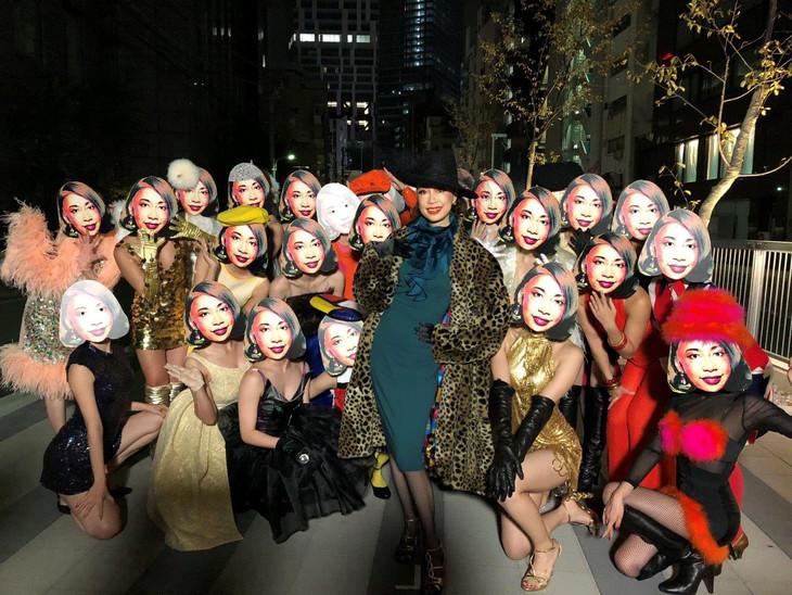 野宮真貴「東京は夜の七時」ミュージックビデオ撮影時の様子。(写真提供:ユニバーサル ミュージック)
