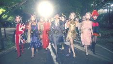 野宮真貴「東京は夜の七時」ミュージックビデオのワンシーン。(写真提供:ユニバーサル ミュージック)