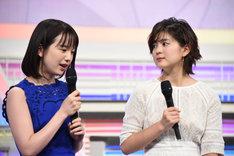 並木万里菜(右)にアドバイスを送る弘中綾香(左)。