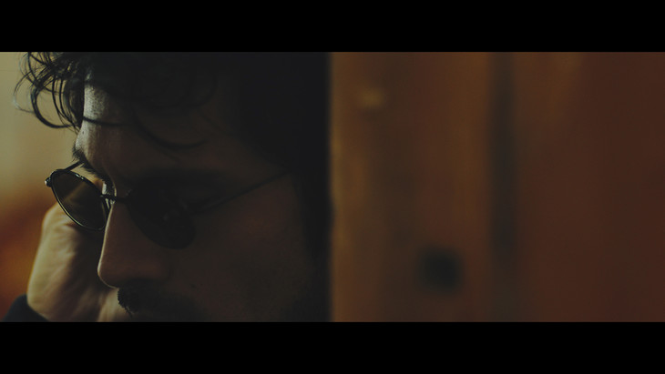 平井堅「half of me」ミュージックビデオのワンシーン。