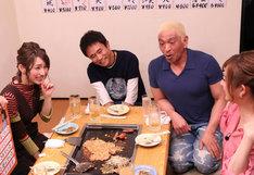 酒を飲みながら過去のエピソードを明かす後藤真希(左端)。(c)フジテレビ
