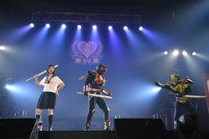 超神ネイガー(中央)と悪役を退治する小林歌穂(左)。(写真提供:SMEレコーズ)