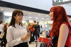 千葉・成田国際空港で取材を行う生田絵梨花(左)。(c)テレビ東京