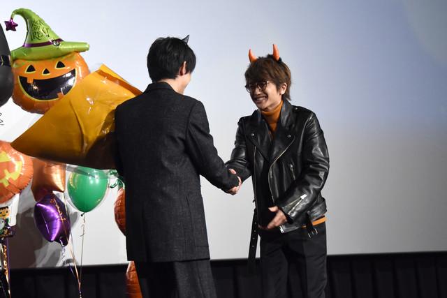 吉沢亮に花束を渡すNissy。