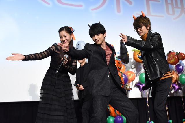 投げキッスをする新木優子、吉沢亮、Nissy。