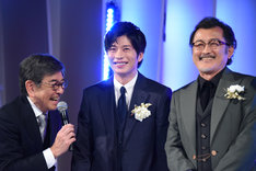左から司会の石坂浩二、田中圭、吉田鋼太郎。