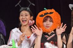 """リーダー和田彩花(左)と""""カボチャの妖精""""を自称する竹内朱莉(右)。"""